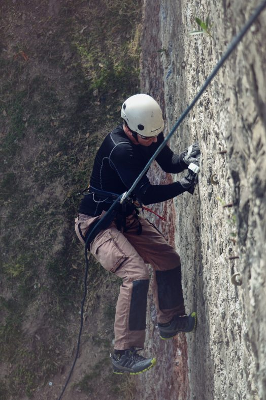 mountain-climber-mountain-climbing-rappelling-97805